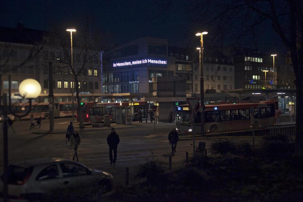 Medienfassade mit Bahnhofsvorplatz